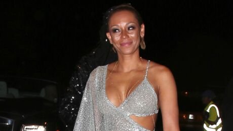 PHOTOS En robe transparente, Mel B montre ses fesses