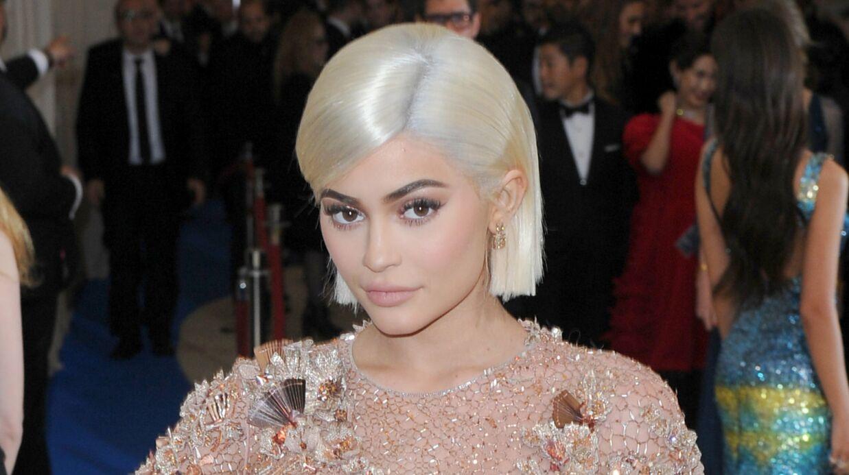 Kylie Jenner: son shooting très sexy sur une moto (et avec des flamants roses)