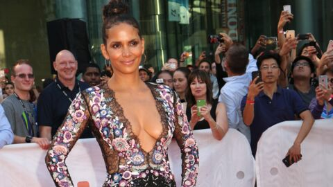 PHOTOS Halle Berry : ultra décolletée, elle enflamme Toronto