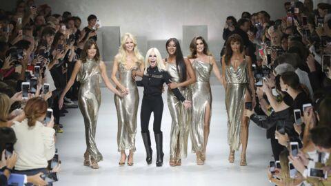 PHOTOS Carla Bruni défile avec Naomi Campbell, Cindy Crawford et les top models mythiques des 90's pour Versace