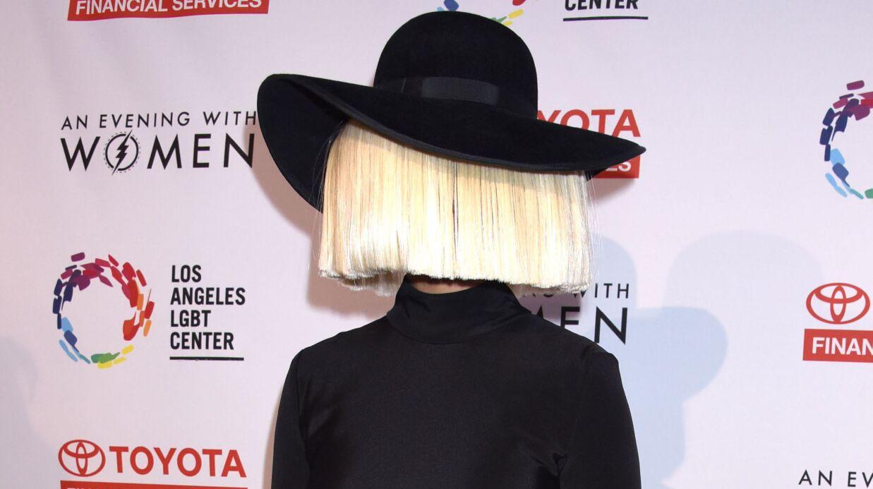 Sia: son étonnante photo en peignoir, masque de beauté et… sein à l'air