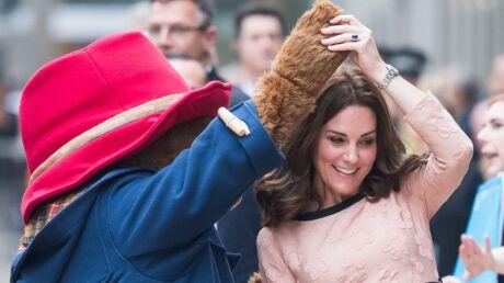PHOTOS Kate Middleton s'offre une danse en pleine gare avec l'ours Paddington, c'est très drôle