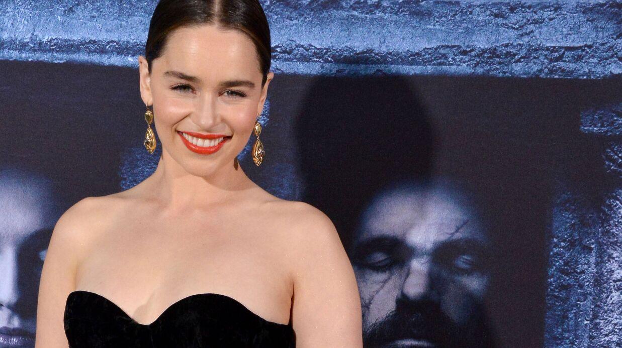 Emilia Clarke pose avec un décolleté hallucinant, le cliché sexy diffusé pour ses 31 ans