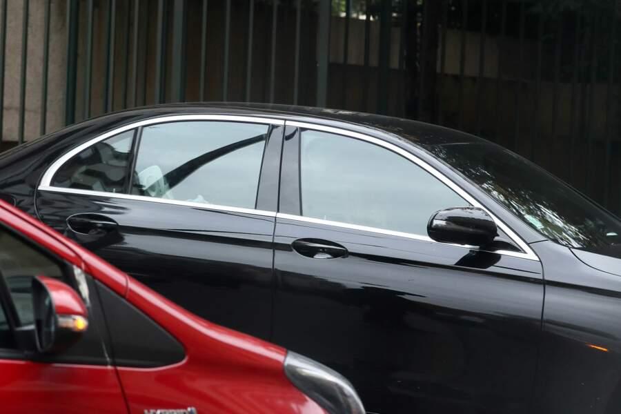 Laeticia Hallyday suit l'ambulance à bord d'une Mercedes aux vitres teintées