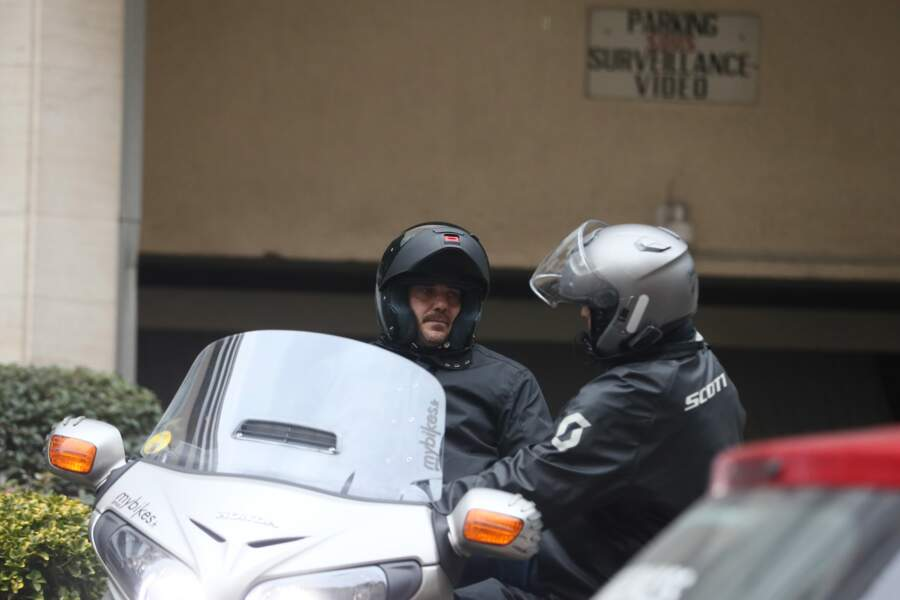 Sébastien Farran, le manager de Johnny, se rend aussi à Marnes-la-Coquette sur son scooter