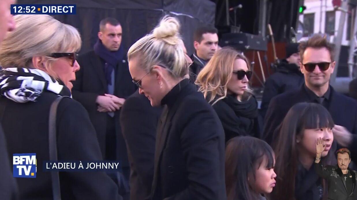 Hommage à Johnny Hallyday: l'arrivée déchirante de Laeticia, Jade et Joy à l'église de la Madeleine
