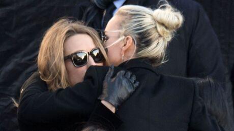 Obsèques de Johnny Hallyday: arrivée main dans la main avec Laura, Laeticia Hallyday a craqué