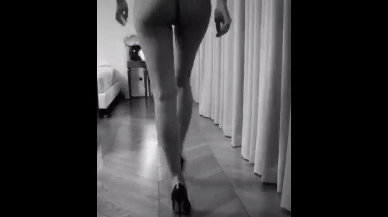 Quand Irina Shayk, de dos, marche toute nue devant une caméra