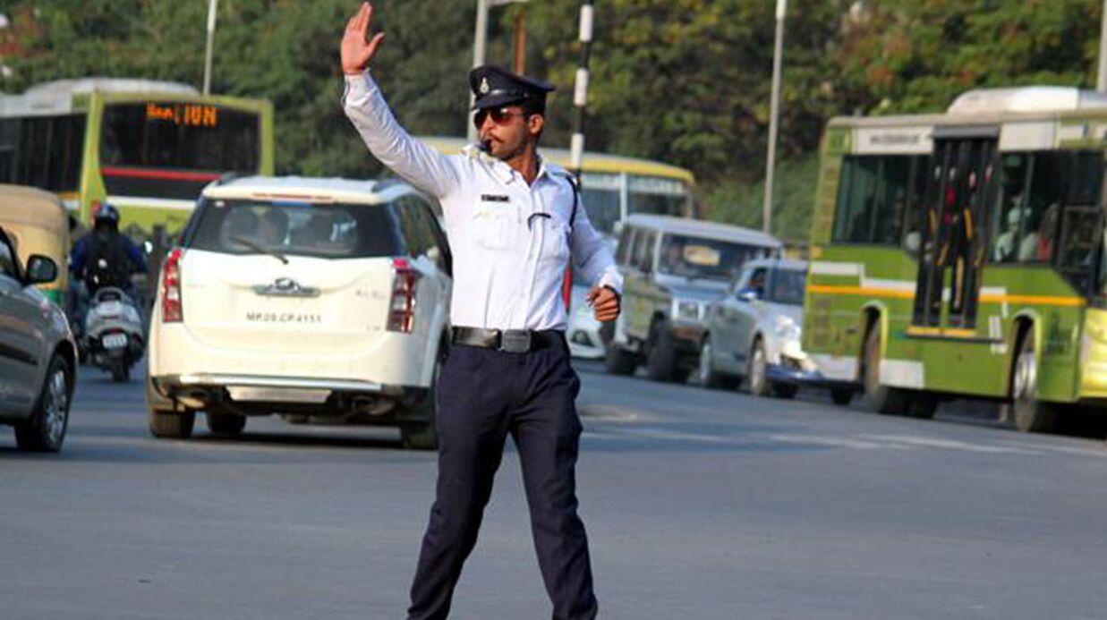 Michael Jackson: en Inde, un policier régule la circulation en moonwalk