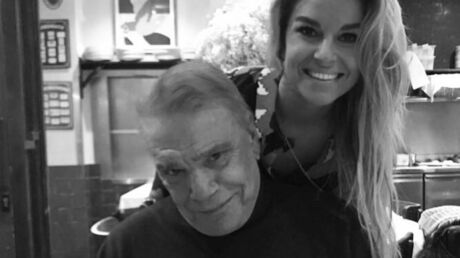 PHOTO Bernard Tapie pose avec sa fille, qui lance un « fuck » au cancer