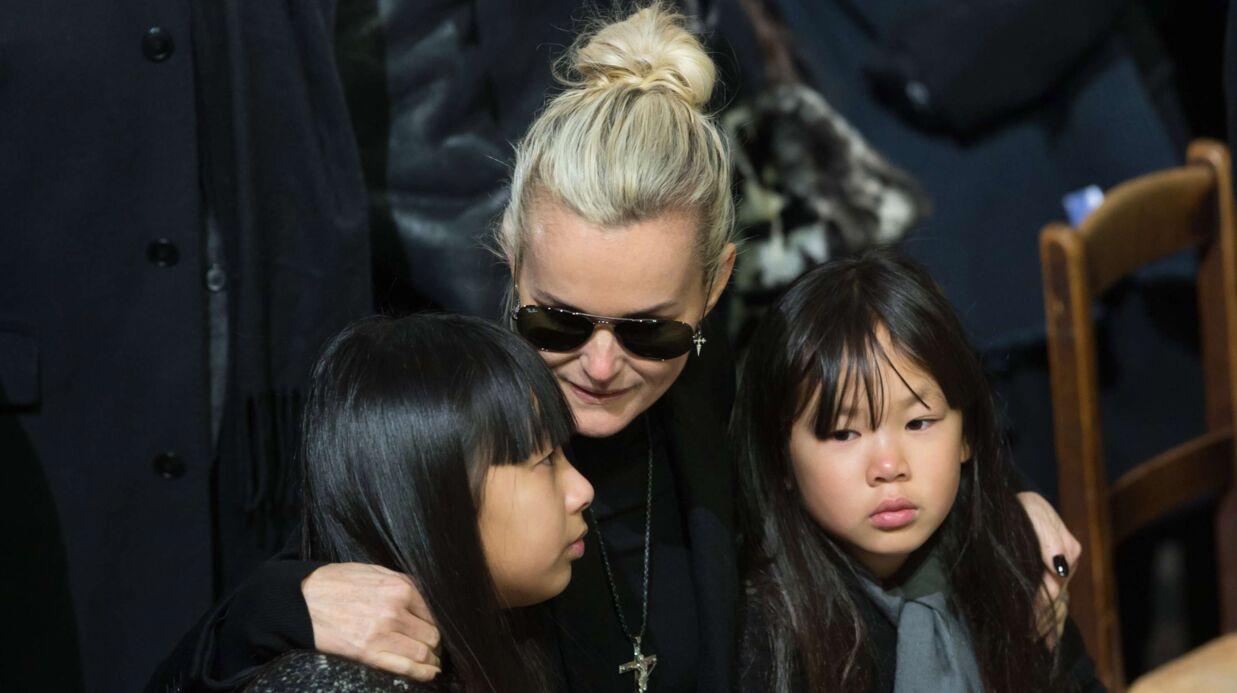 Laeticia Hallyday en larmes pour sa dernière visite sur la tombe de Johnny Hallyday avant son retour à Los Angeles