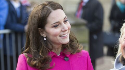 PHOTOS Kate Middleton enceinte : la duchesse éblouit dans un manteau rose fuchsia