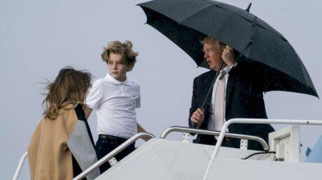 Donald Trump protège sa coiffure au dépend de Melania et son fils Baron, les photos de la honte!