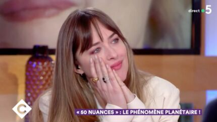 VIDEO Dakota Johnson très émue en découvrant une interview de sa mère Melanie Griffith