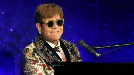 Elton John obligé d'interrompre un concert… après avoir reçu VIOLEMMENT un collier de perles au visage