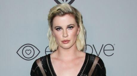 Ireland Baldwin: seins nus sous une veste ouverte, la fille de Kim Basinger fait grimper la température