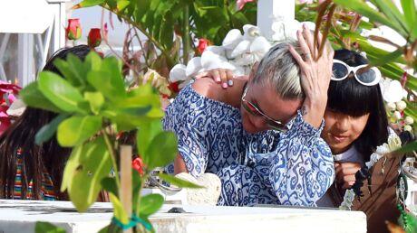 Laeticia Hallyday effondrée: de retour sur la tombe de Johnny avec Jade et Joy, elle fond en larmes