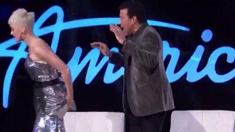 Katy Perry: en plein fou rire, elle craque son pantalon dans American Idol!