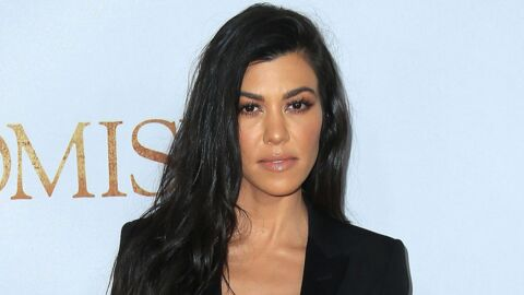 PHOTOS Kourtney Kardashian en soutien-gorge rouge pour sa collaboration make-up avec sa soeur Kylie