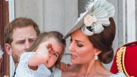 PHOTOS La princesse Charlotte en larmes sur le balcon de Buckingham Palace, elle se réfugie dans les bras de Kate Middleton