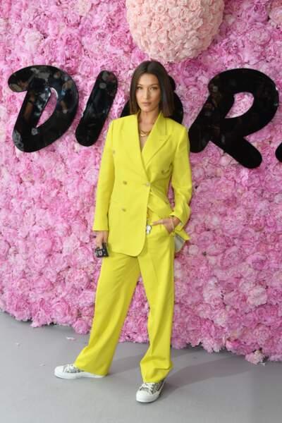 Le total look jaune acidulé de Bella Hadid au défilé Dior Homme