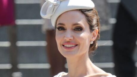 PHOTOS Angelina Jolie très élégante pour rencontrer Elizabeth II… qui lui a posé un lapin