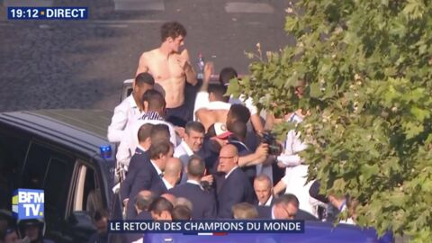 video les bleus sur les champs lys es benjamin pavard se retrouve torse nu sur le bus voici. Black Bedroom Furniture Sets. Home Design Ideas