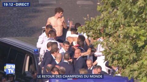 VIDEO Les Bleus sur les Champs-Élysées: Benjamin Pavard se retrouve torse nu sur le bus