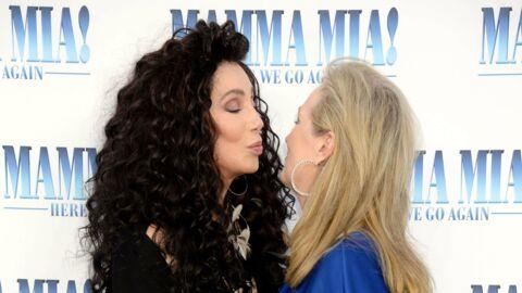 PHOTOS Mamma Mia 2: Meryl Streep et Cher s'embrassent sur la bouche, le casting en folie pour l'avant-première