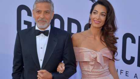 George Clooney: après son accident de scooter, sa femme Amal ne le lâche plus!