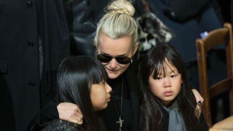 Johnny Hallyday: Laeticia, Jade et Joy se recueillent autour de sa tombe en pleine nuit