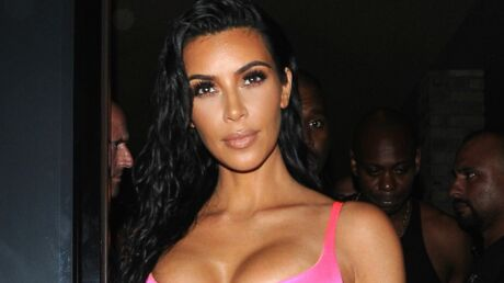 Kim Kardashian laisse très largement dépasser son STRING de son pantalon