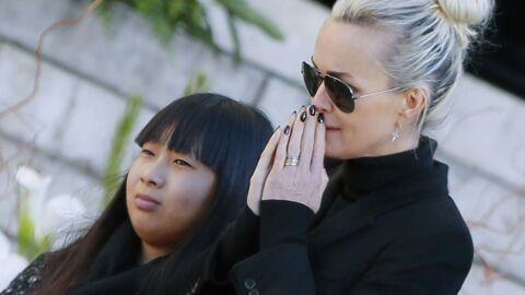 PHOTO Laeticia Hallyday et sa fille Jade en pleine communion nocturne sur la tombe de Johnny Hallyday