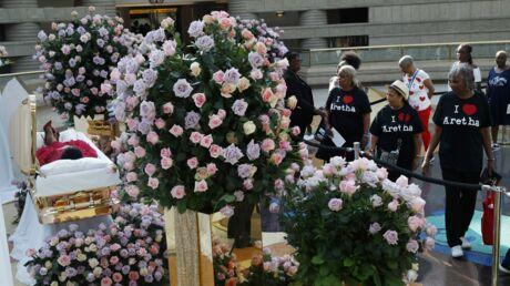 Aretha Franklin, royale dans son cercueil doré face à des milliers de fans