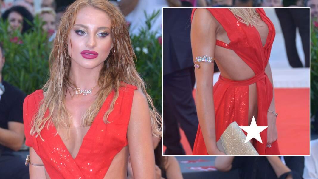 Mostra de Venise 2018 : une dame choc avec sa robe ECHANCRÉE DE PARTOUT sur le tapis rouge
