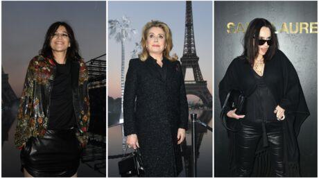 PHOTOS Charlotte Gainsbourg frôle l'accident de culotte, Catherine Deneuve affiche son tatouage au défilé Saint Laurent