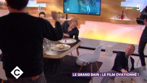 VIDEO C à vous: Benoît Poelvoorde fait une grosse chute sur France 5