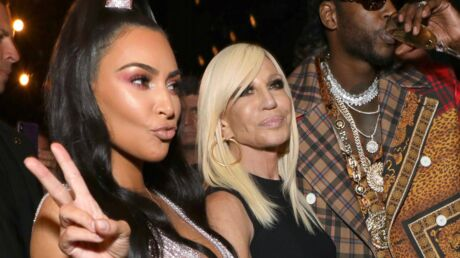 PHOTOS Kim Kardashian frôle l'accident de téton, le look étrange de Paris Jackson au défilé Versace
