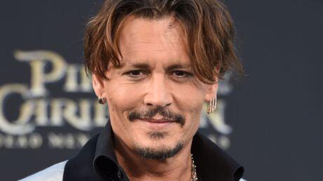 PHOTO Johnny Depp embrasse une mystérieuse blonde: qui est-elle?