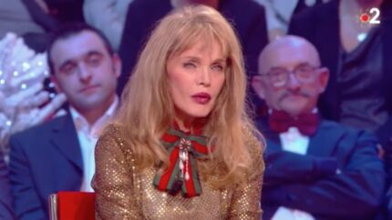 VIDEO Arielle Dombasle: son hommage à Charles Aznavour tourne à la catastrophe