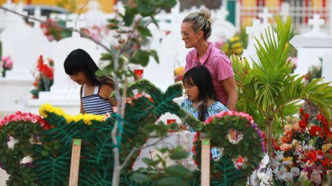 PHOTOS Laetitia Hallyday: tendre moment en musique avec ses filles Jade et Joy sur la tombe de Johnny