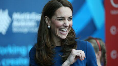 PHOTOS Kate Middleton tête en l'air? Elle a mis son chemisier à l'envers!