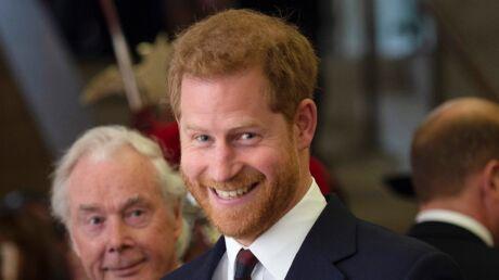 PHOTOS Prince Harry: en déplacement, le duc de Sussex reçoit d'adorables cadeaux pour son bébé