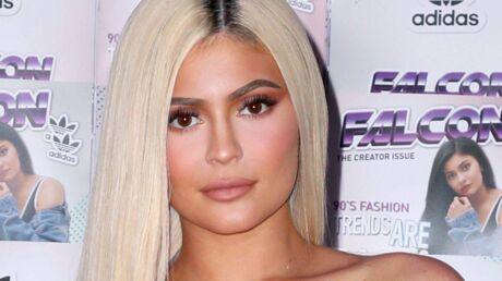 Kylie Jenner dévoile sa poitrine dans un corset au décolleté très plongeant