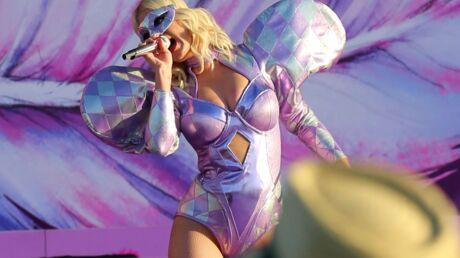 PHOTOS Katy Perry en tenue très excentrique, elle répond aux rumeurs de grossesse en plein concert