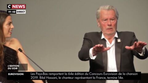 VIDEO Alain Delon très protecteur avec sa fille Anouchka, ce geste qui n'est pas passé inaperçu