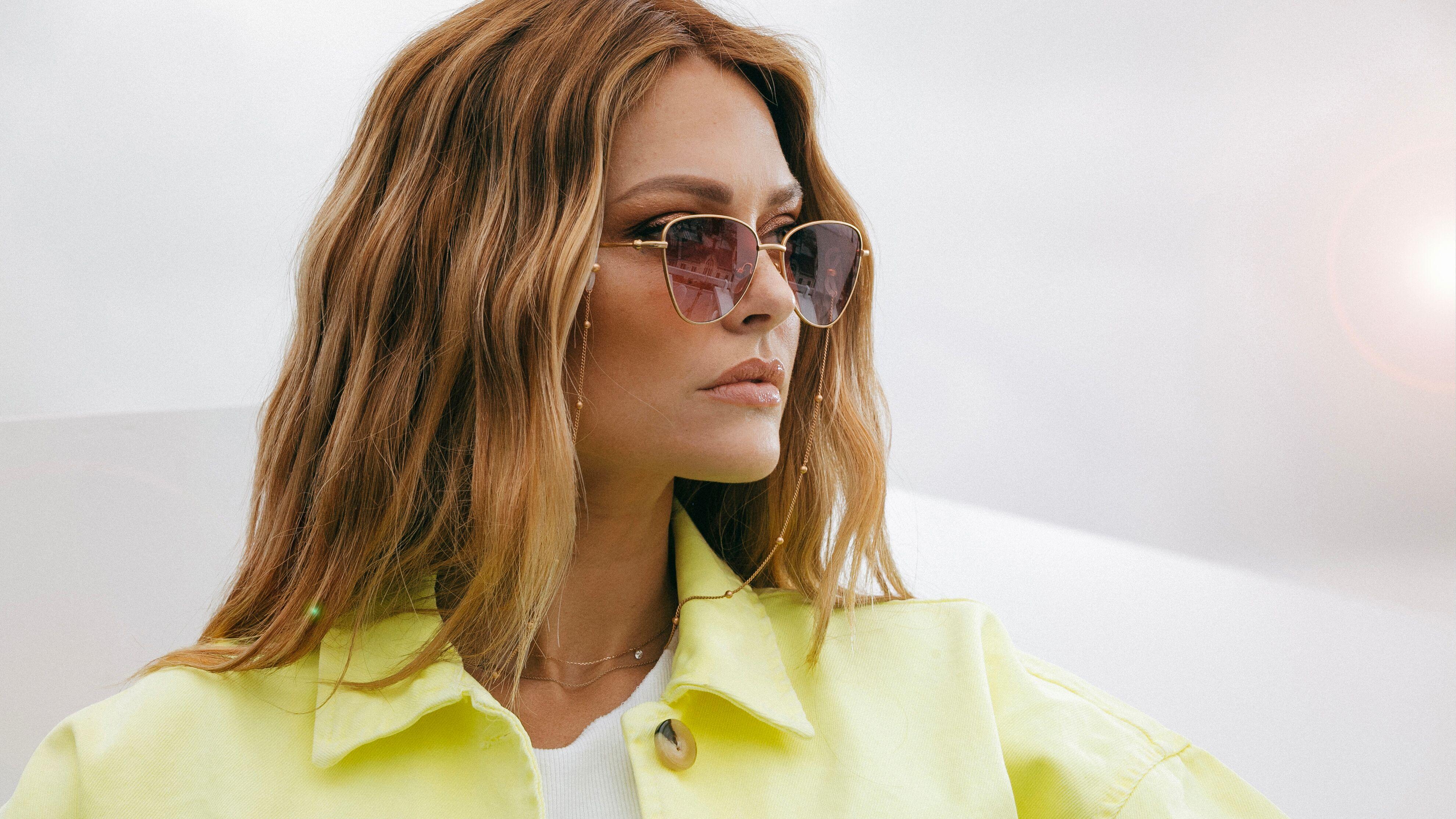 Caroline Receveur crée sa paire de lunettes de soleil
