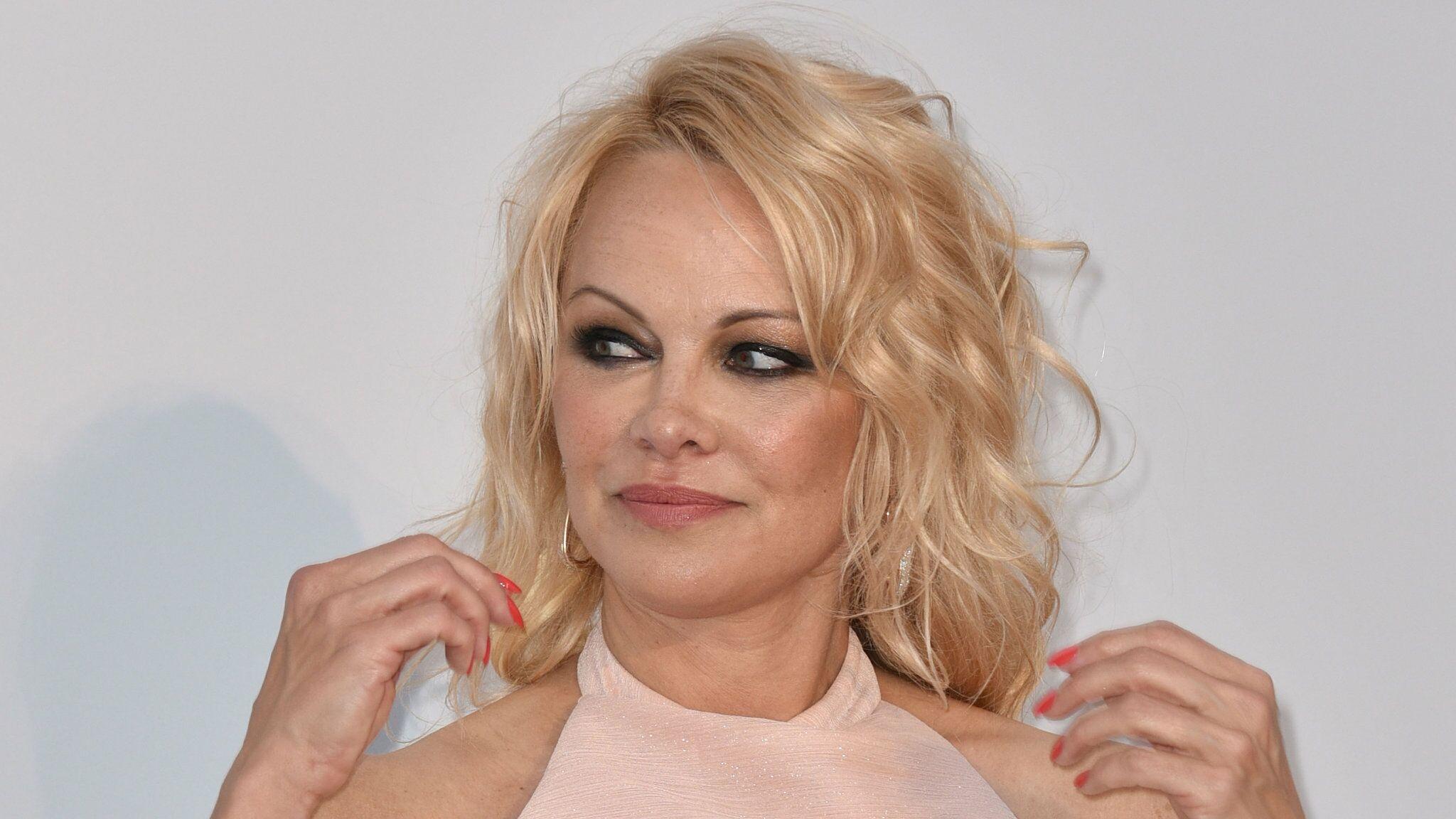 Pamela Anderson dévoile comment elle a appris qu'Adil Rami menait une double vie