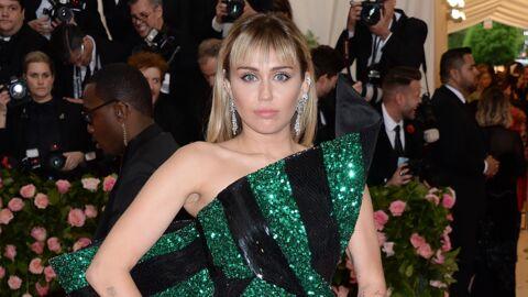 Miley Cyrus chute en montant dans un avion et laisse échapper un sein