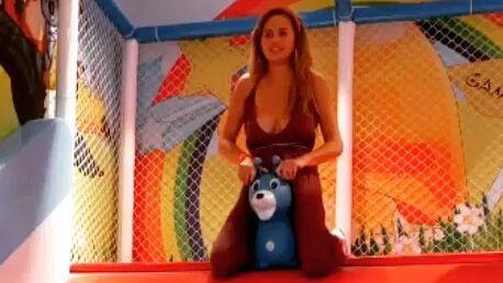 Chrissy Teigen : critiquée parce qu'elle ne porte pas de soutien-gorge, elle répond avec une vidéo très drôle